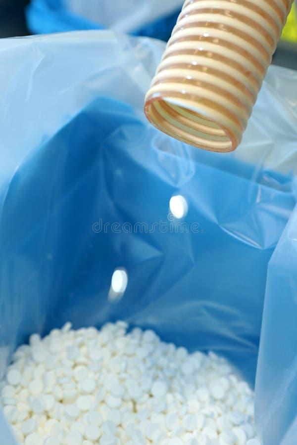 Παραγωγή των ταμπλετών Ταμπλέτες που χύνονται στην αποστειρωμένη συσκευασία ΜΑ στοκ εικόνες