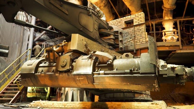 Παραγωγή χάλυβα στις μεταλλουργικές εγκαταστάσεις, βαριά έννοια βιομηχανίας r Κλείστε επάνω για τον κάδο για τη σίτιση στοκ εικόνες