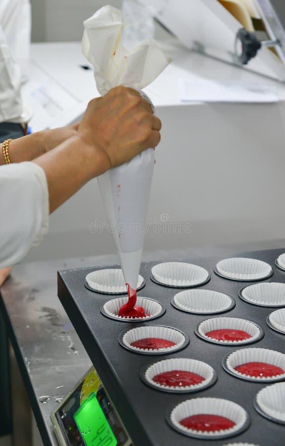 Παραγωγή cupcakes στο αρτοποιείο στοκ εικόνα με δικαίωμα ελεύθερης χρήσης