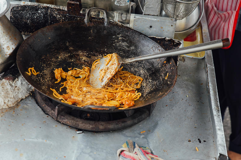 Παραγωγή Mi Goreng από τα τρόφιμα οδών της πόλης του George Μαλαισία penang στοκ εικόνες
