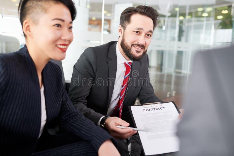 Παραγωγικές διαπραγματεύσεις με το συνέταιρο στοκ εικόνες με δικαίωμα ελεύθερης χρήσης