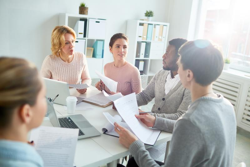 Παραγωγική συζήτηση προγράμματος στην αίθουσα συνεδριάσεων στοκ φωτογραφία