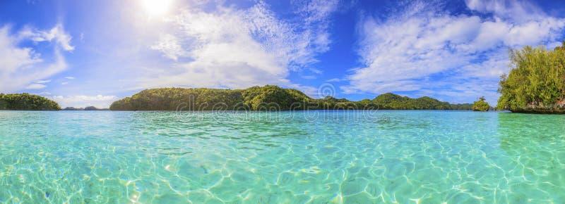 Παραδείσια νησιά του Παλάου με τα τυρκουάζ νερά στοκ εικόνα