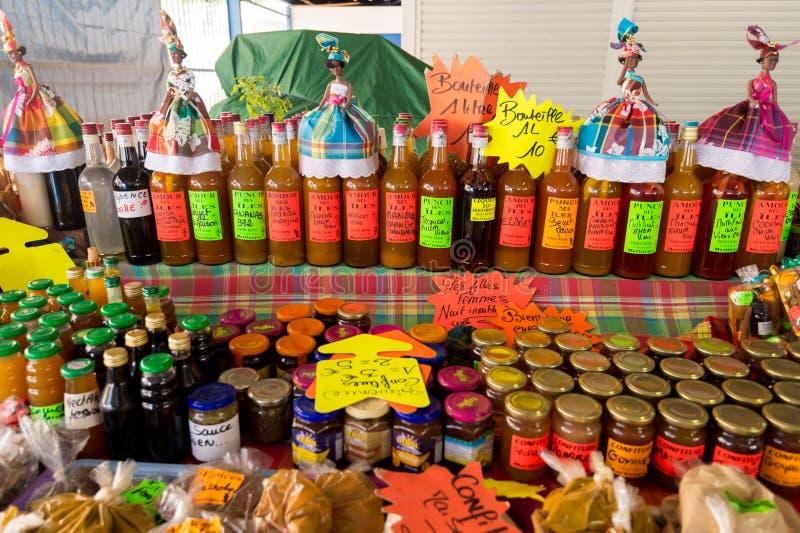 Παραδοσιακά αρωματικά μπουκάλια ρουμιού στην αγορά στη Μαρτινίκα, ασβέστιο στοκ εικόνες