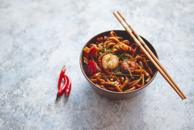 Παραδοσιακά ασιατικά νουντλς ανακατώνω-τηγανητών udon με τις γαρίδες στοκ εικόνες