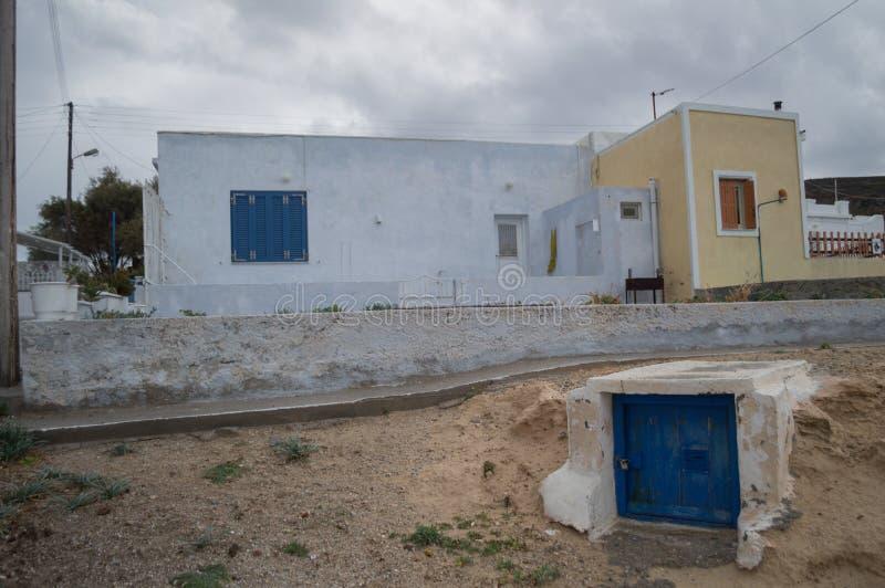 Παραδοσιακά ασπρισμένα ελληνικά σπίτια θαλασσίως σε Mandrakia, Mi στοκ φωτογραφία με δικαίωμα ελεύθερης χρήσης