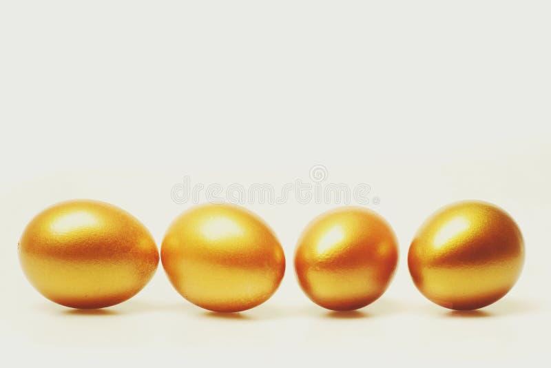 Παραδοσιακά αυγά που χρωματίζονται στο χρυσό χρώμα στοκ εικόνα