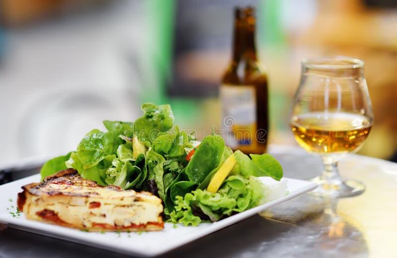 Παραδοσιακά γαλλικά τρόφιμα: πίτα Λωρραίνη και φρέσκα φύλλα σαλάτας στοκ φωτογραφίες με δικαίωμα ελεύθερης χρήσης