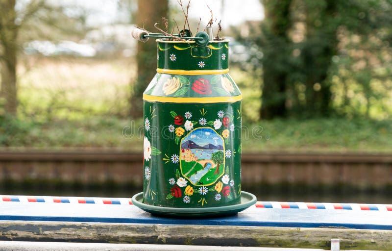 Παραδοσιακά διακοσμημένο καρδάρι στο κανάλι Γκλούτσεστερ-οξύτητας Αγγλία στοκ φωτογραφία με δικαίωμα ελεύθερης χρήσης
