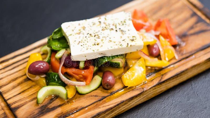 Παραδοσιακά ελληνικά λαχανικά φέτα συνταγής σαλάτας στοκ φωτογραφίες