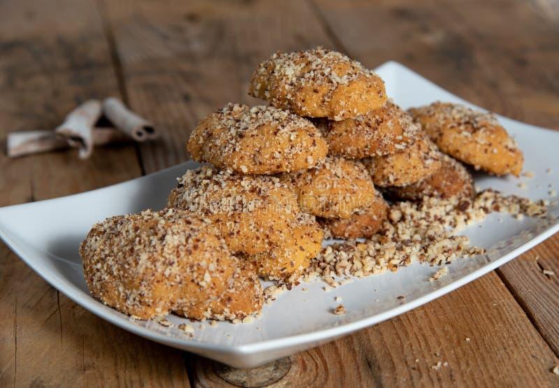 Παραδοσιακά ελληνικά μπισκότα μελιού με τα καρύδια αποκαλούμενα melomakarouna στοκ εικόνα με δικαίωμα ελεύθερης χρήσης