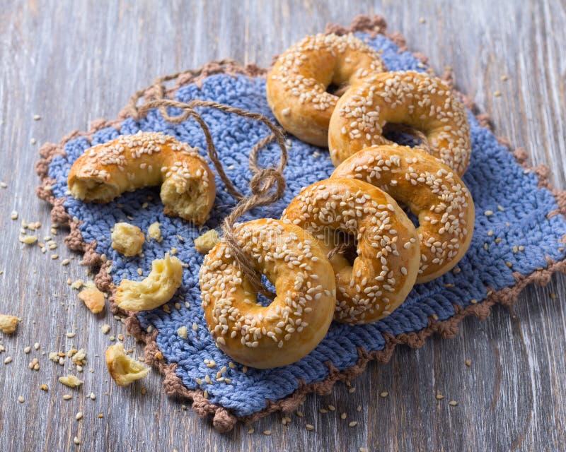 Παραδοσιακά ελληνικά μπισκότα Πάσχας με τους σπόρους σουσαμιού στοκ εικόνες με δικαίωμα ελεύθερης χρήσης