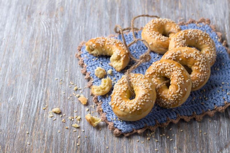 Παραδοσιακά ελληνικά μπισκότα Πάσχας με τους σπόρους σουσαμιού στοκ φωτογραφίες