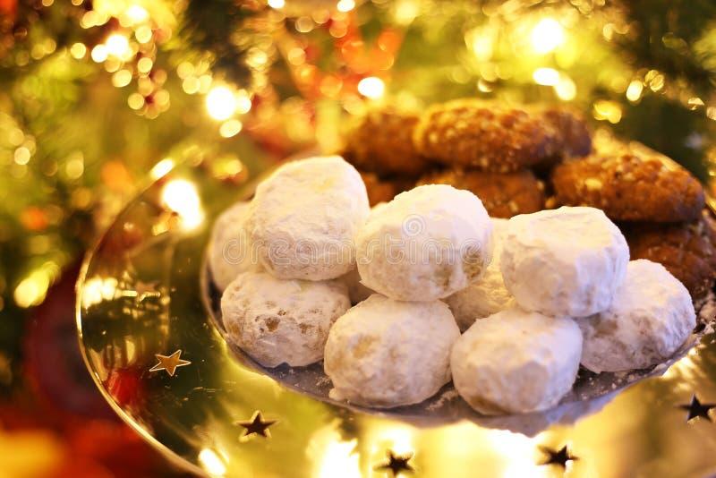 Παραδοσιακά ελληνικά kourabies και melomakarona μπροστά από το χριστουγεννιάτικο δέντρο στοκ εικόνες με δικαίωμα ελεύθερης χρήσης
