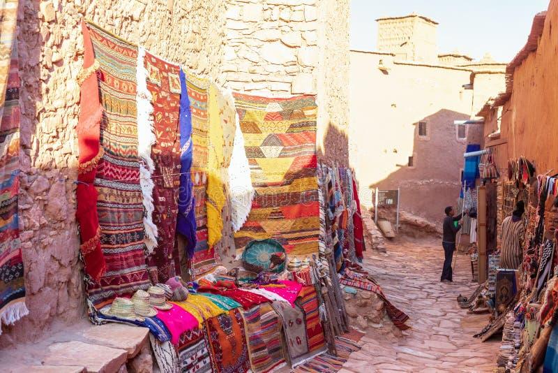 Παραδοσιακά ζωηρόχρωμα ενδύματα στην αγορά, Μαρόκο στοκ εικόνα