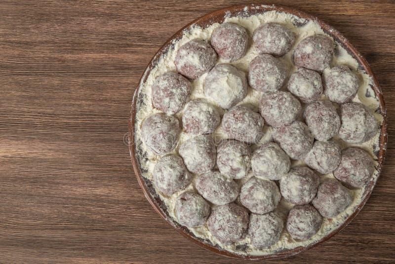 Παραδοσιακά ιταλικά κεφτή Polpette σε ένα κεραμικό πιάτο με ένα δευτερεύον πιάτο του ρυζιού κορυφαία όψη Αντίγραφο-διάστημα στοκ εικόνες με δικαίωμα ελεύθερης χρήσης