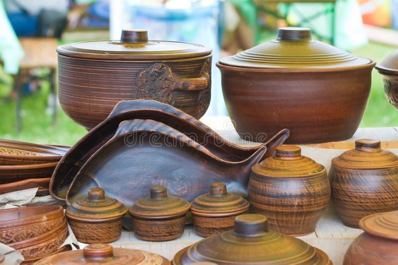 Παραδοσιακά και σύγχρονα πιάτα, δοχεία και τηγάνια αργίλου ύφους χειροποίητα κεραμικά στην πώληση στο φεστιβάλ ethno στοκ φωτογραφίες με δικαίωμα ελεύθερης χρήσης
