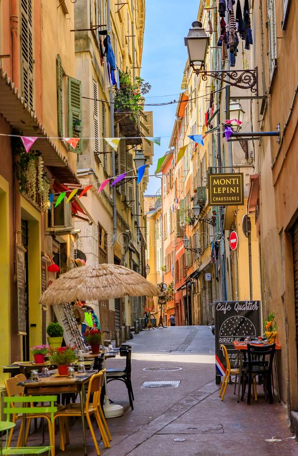 Παραδοσιακά καταστήματα και περίεργα μικρά εστιατόρια στα παλαιά σπίτια στη στενή παλαιά πόλη Vielle Ville Νίκαια, Γαλλία οδών στοκ φωτογραφία