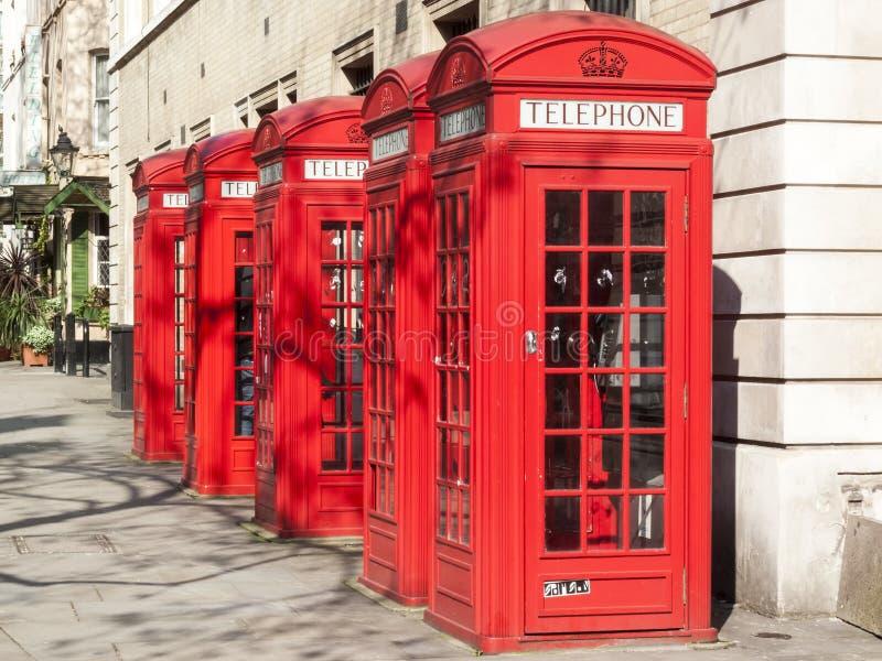 Παραδοσιακά κόκκινα τηλεφωνικά κιβώτια χυτοσιδήρου στοκ φωτογραφία με δικαίωμα ελεύθερης χρήσης