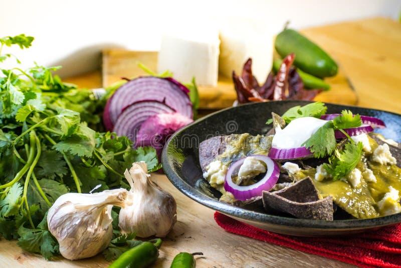 Παραδοσιακά μεξικάνικα πράσινα chilaquiles τροφίμων στοκ εικόνες