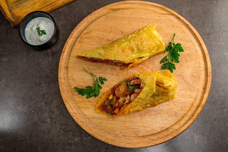 Παραδοσιακά μεξικάνικα burritos τροφίμων σε έναν ξύλινο δίσκο στο γκρίζο μάρμαρο επάνω από την όψη στοκ εικόνες