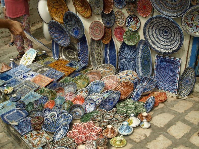 Παραδοσιακά πιάτα σε μια εν λόγω Bou οδό Sidi στην Τυνησία στοκ εικόνα
