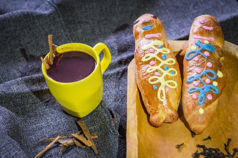 Παραδοσιακά πιάτο και ποτό Ισημερινός, αποκαλούμενος: Colada Morada και guaguas ψωμιού στοκ εικόνα