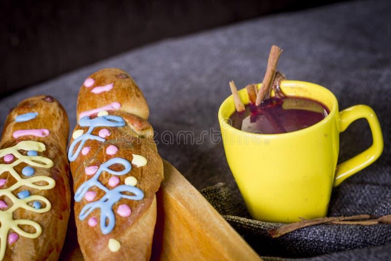 Παραδοσιακά πιάτο και ποτό Ισημερινός, αποκαλούμενος: Colada Morada και guaguas ψωμιού στοκ φωτογραφία με δικαίωμα ελεύθερης χρήσης