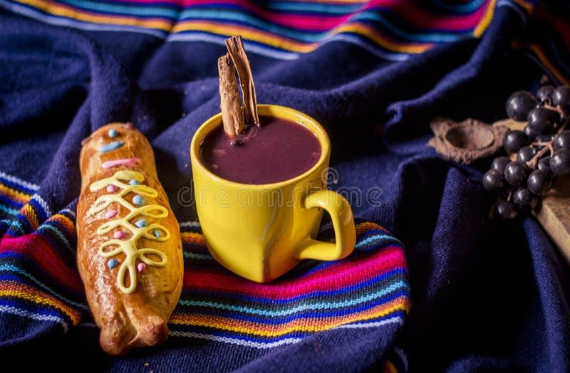 Παραδοσιακά πιάτο και ποτό Ισημερινός, αποκαλούμενος: Colada Morada και guaguas ψωμιού στοκ φωτογραφίες