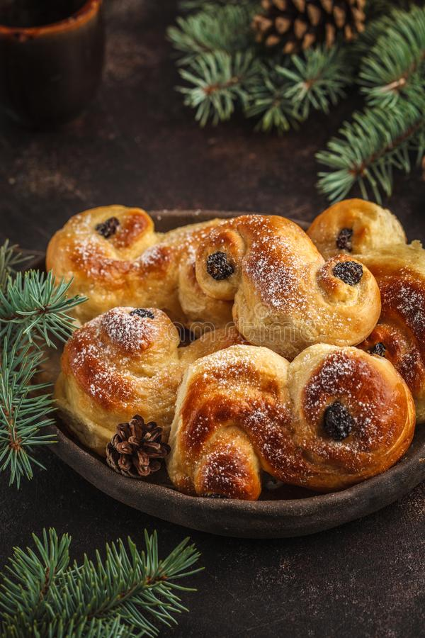 Παραδοσιακά σουηδικά κουλούρια σαφρανιού Χριστουγέννων lussebulle ή lussek στοκ εικόνες με δικαίωμα ελεύθερης χρήσης