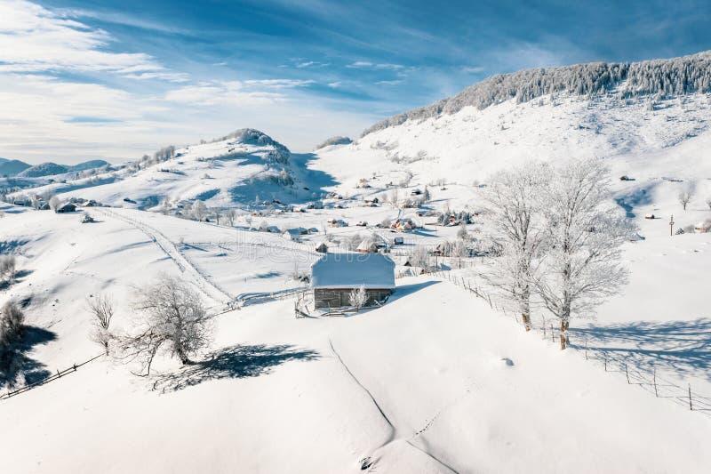Παραδοσιακά σπίτια αγροτών που καλύπτονται στο χιόνι μετά από βαριές χιονοπτώσεις στα Καρπάθια βουνά στοκ εικόνες