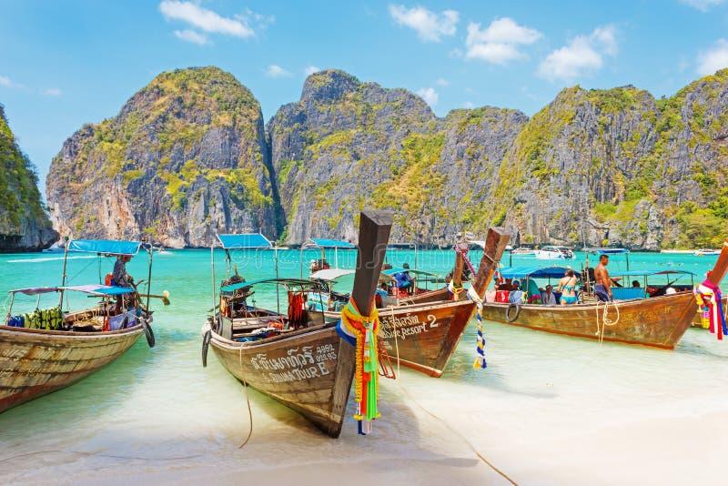 Παραδοσιακά ταϊλανδικά βάρκα Longtail και νησί Phi Phi Leh, Ταϊλάνδη στοκ εικόνες