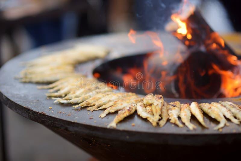 Παραδοσιακά τηγανισμένα ψάρια που μαγειρεύονται στην αγορά άνοιξη σε Vilnius, Λιθουανία στοκ φωτογραφία
