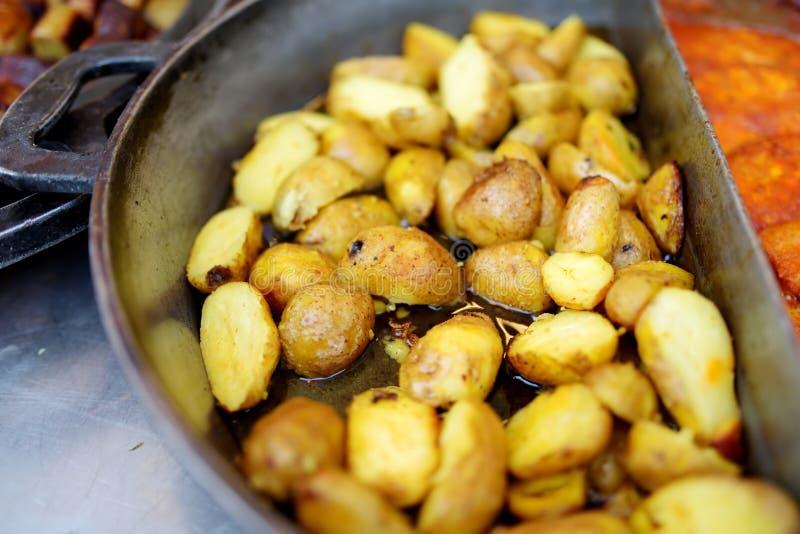 Παραδοσιακά τηγανισμένα potatos που μαγειρεύονται στην αγορά άνοιξη σε Vilnius, Λιθουανία στοκ φωτογραφίες