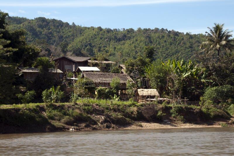 Παραδοσιακά του χωριού σπίτια κοντά στον ποταμό στοκ εικόνα με δικαίωμα ελεύθερης χρήσης
