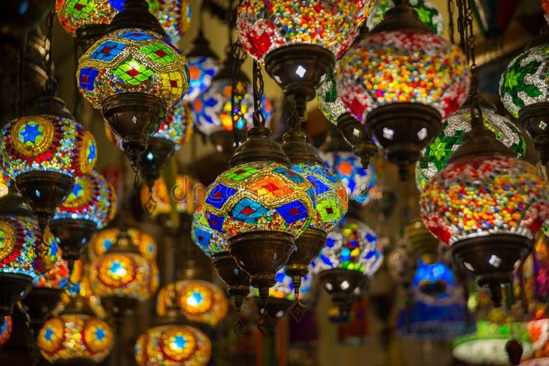 Παραδοσιακά φωτεινά διακοσμητικά τουρκικά φω'τα ένωσης και ζωηρόχρωμοι ελαφριοί λαμπτήρες με τα ζωηρά χρώματα στην Τουρκία στοκ φωτογραφία με δικαίωμα ελεύθερης χρήσης