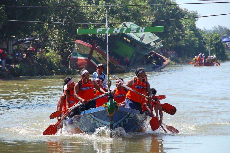 Παραδοσιακές αντιστοιχίες κωπηλασίας βαρκών, οι οποίες περιλαμβάνουν τους παραδοσιακούς ψαράδες στοκ εικόνες με δικαίωμα ελεύθερης χρήσης