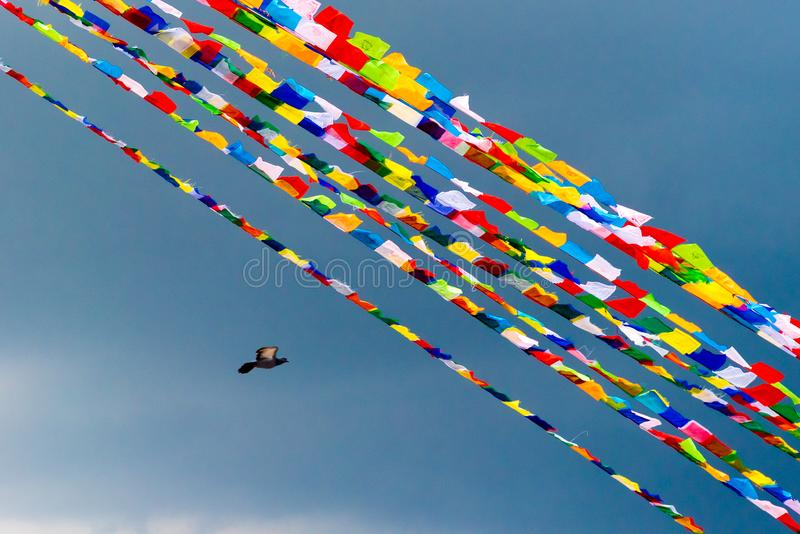 Παραδοσιακές βουδιστικές σημαίες προσευχής πέρα από το υπόβαθρο μπλε ουρανού στοκ εικόνα με δικαίωμα ελεύθερης χρήσης