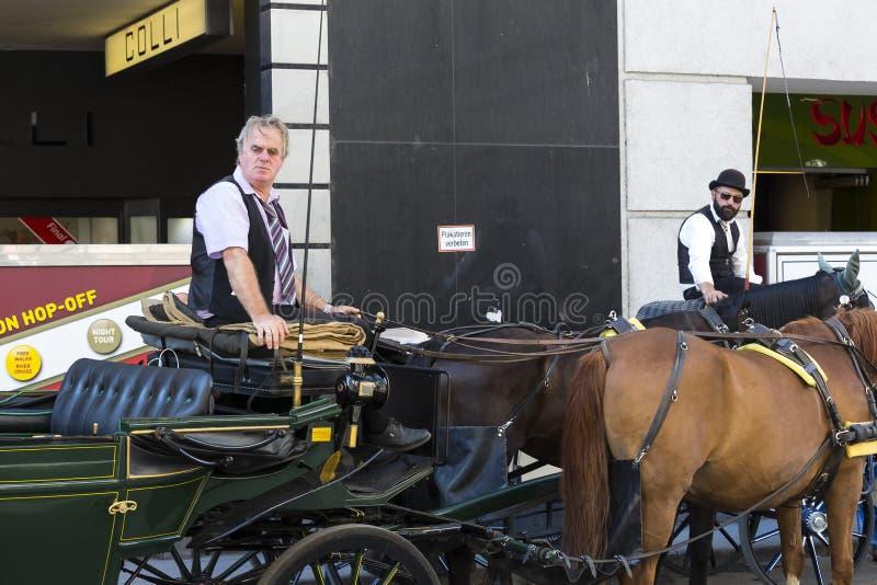 Παραδοσιακές horse-drawn μεταφορές με τα αμάξια για τους τουρίστες για να περπατήσουν κατά μήκος των αρχαίων οδών της Βιέννης στοκ εικόνα με δικαίωμα ελεύθερης χρήσης