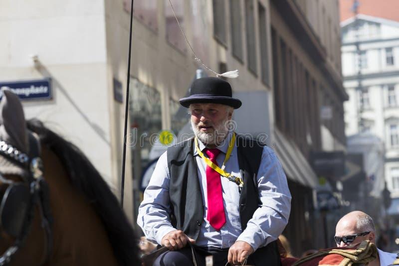 Παραδοσιακές horse-drawn μεταφορές με τα αμάξια για τους τουρίστες για να περπατήσουν κατά μήκος των αρχαίων οδών της Βιέννης στοκ φωτογραφία με δικαίωμα ελεύθερης χρήσης