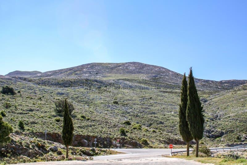 Παραδοσιακή άποψη πέρα από ένα σταυροδρόμι βουνών στοκ εικόνες
