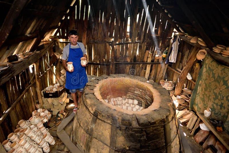 Παραδοσιακή αγγειοπλαστική στη Ρουμανία Παλαιός παραδοσιακός φούρνος στοκ εικόνες με δικαίωμα ελεύθερης χρήσης