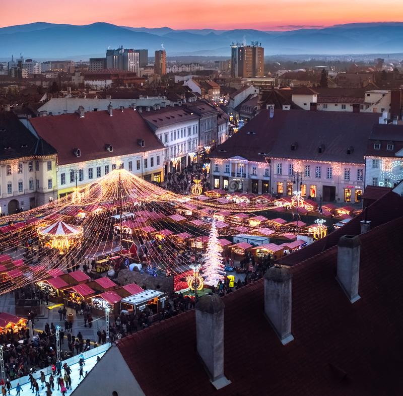 Παραδοσιακή αγορά Χριστουγέννων στο ιστορικό κέντρο του Sibiu, Ro στοκ εικόνες
