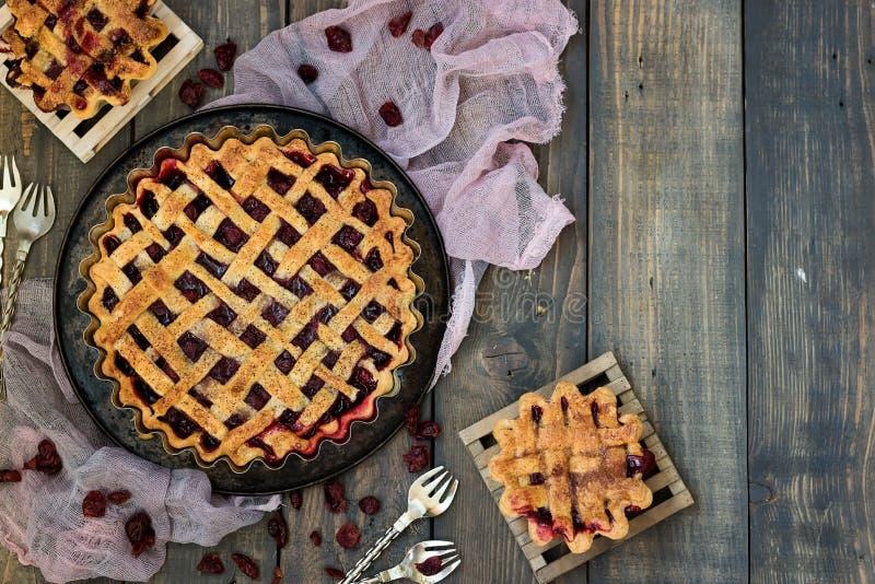 Παραδοσιακή αμερικανική πίτα κερασιών σε ένα σκοτεινό ξύλινο υπόβαθρο στοκ φωτογραφία με δικαίωμα ελεύθερης χρήσης
