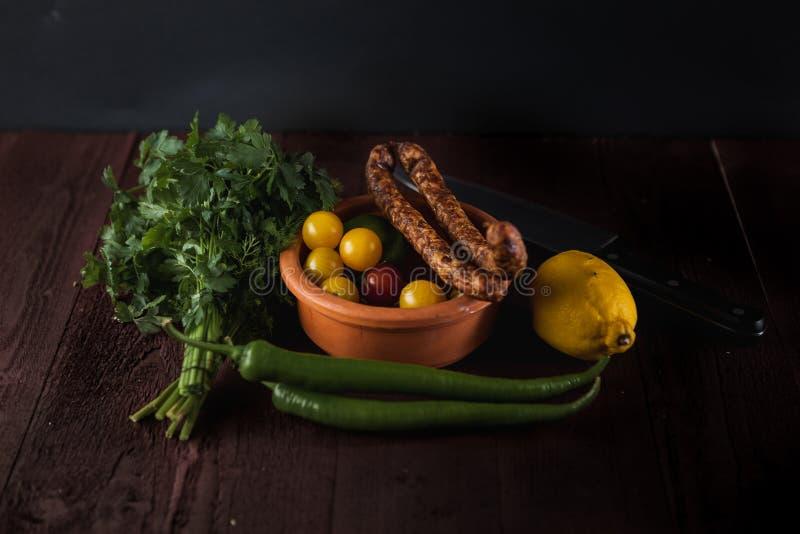Παραδοσιακή απλή οργάνωση γεύματος με το κρέας και τα λαχανικά στοκ εικόνα με δικαίωμα ελεύθερης χρήσης