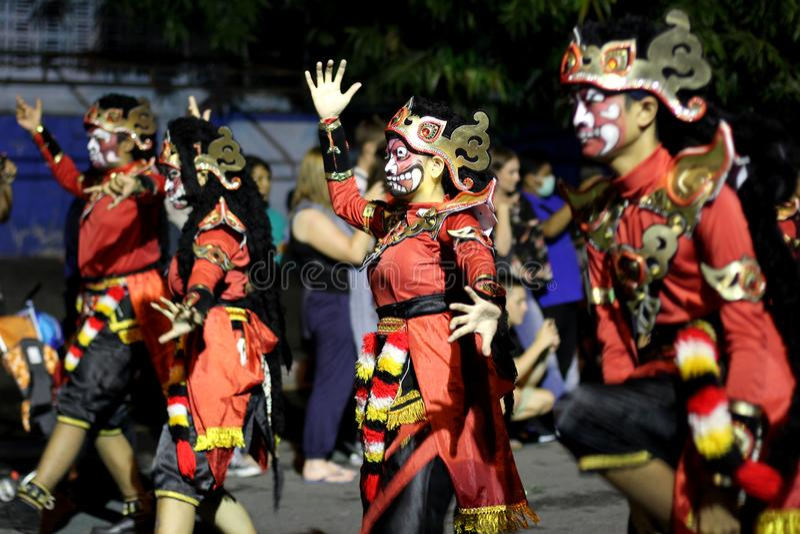Παραδοσιακή απόδοση κοστουμιών τέχνης οδών στη νύχτα καρναβάλι 2017 Wayang Jogja στοκ εικόνες