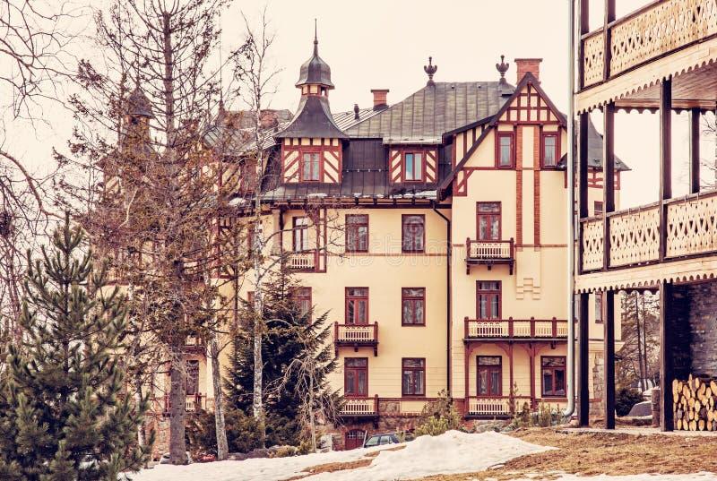 Παραδοσιακή αρχιτεκτονική στο χωριό Stary Smokovec, κόκκινο φίλτρο στοκ φωτογραφίες