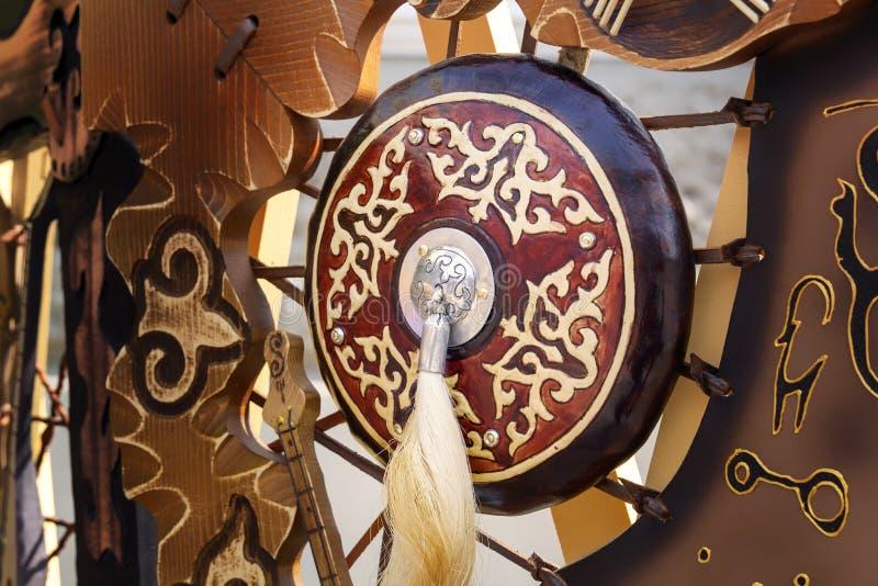 Παραδοσιακή ασπίδα ενός αρχαίου ασιατικού πολεμιστή με μια βούρτσα αλογότριχας στα πλαίσια των εθνικών συμβόλων στοκ εικόνες με δικαίωμα ελεύθερης χρήσης