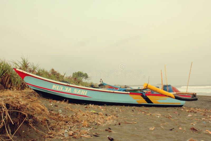 Παραδοσιακή βάρκα στην παραλία του χωριού Bojongsalawe ψαράδων στοκ φωτογραφίες με δικαίωμα ελεύθερης χρήσης