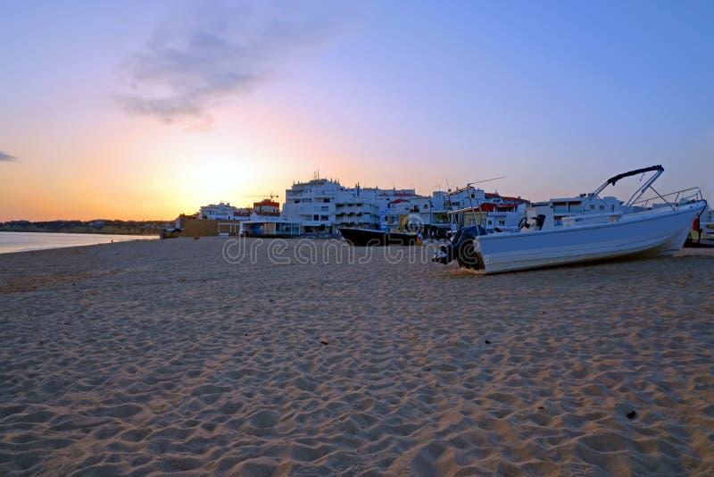 Παραδοσιακή βάρκα ψαράδων στην παραλία Armacao de Pera στην Πορτογαλία στοκ φωτογραφίες